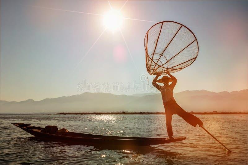 Traditionell Burmese fiskare på Inle sjön, Myanmar royaltyfri bild