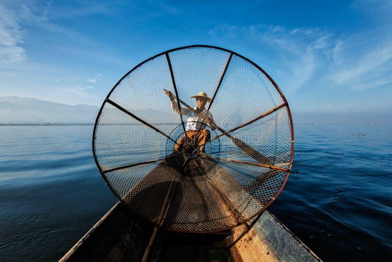 Traditionell Burmese fiskare på Inle sjön, Myanmar royaltyfri foto
