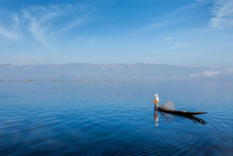 Traditionell Burmese fiskare på Inle sjön, Myanmar royaltyfria bilder