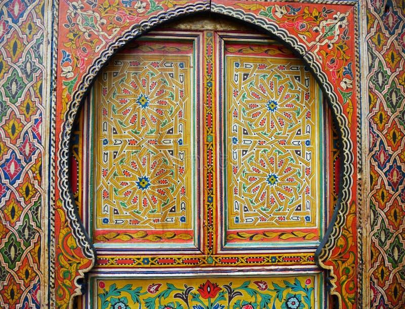 Traditionell colourfully målad marockansk dörr royaltyfri bild