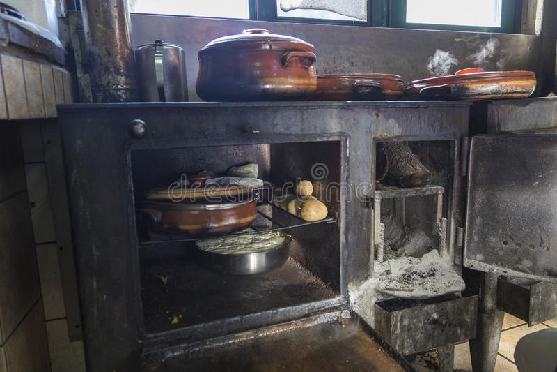 Traditionell Cretan som lagar mat över en träbrand i Kreta Grekland arkivbild