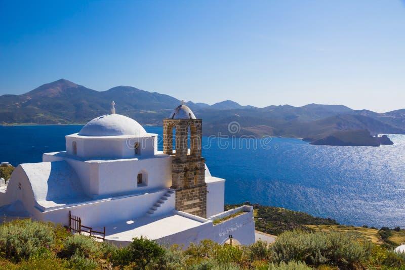 Traditionell cycladic kyrka i den Plaka byn, Milos ö, Cyclades som är aegean, Grekland royaltyfri fotografi