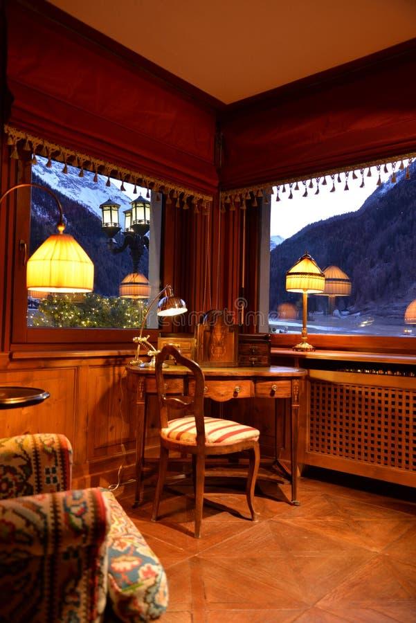 Traditionell design för berghotellinre Väggar dekoreras med bambu royaltyfria foton
