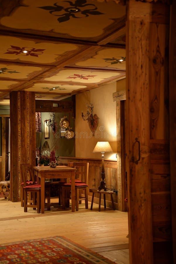 Traditionell design för bergrestauranginre Väggar dekoreras med bambu arkivbild
