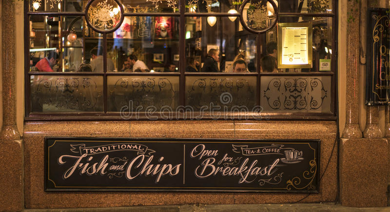 Traditionell engelsk barSt James Tavern London UK royaltyfria bilder
