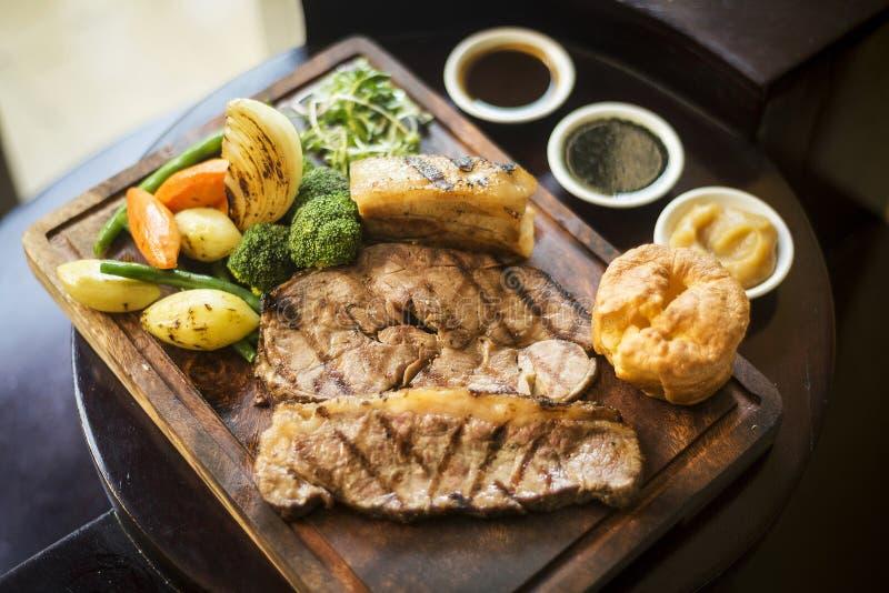 Traditionell engelsk lunch för matsöndag stek i restaurang arkivfoton