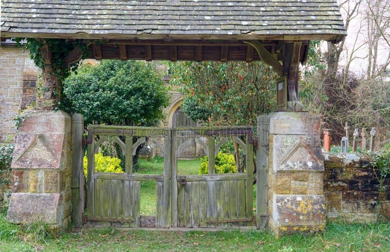 Traditionell engelsk lychgate på Holtye, Sussex royaltyfria foton