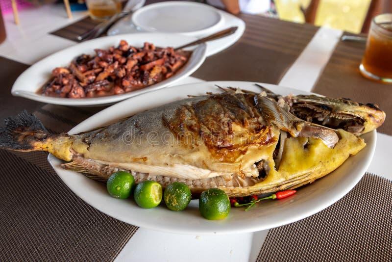 Traditionell filippinsk mat - grillade Unicorn Fish royaltyfria bilder