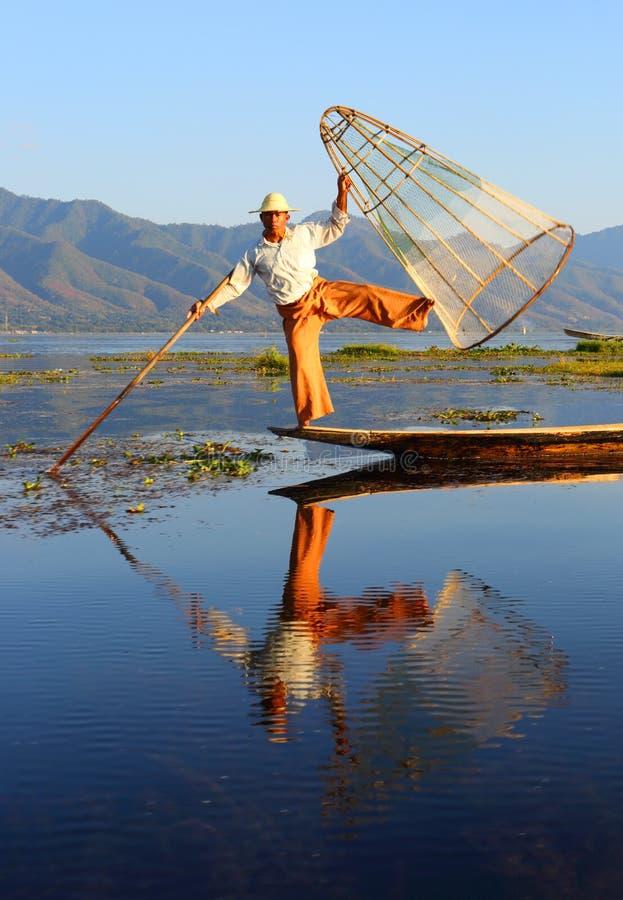 Traditionell fiskare på Inle sjön i Myanmar arkivbild