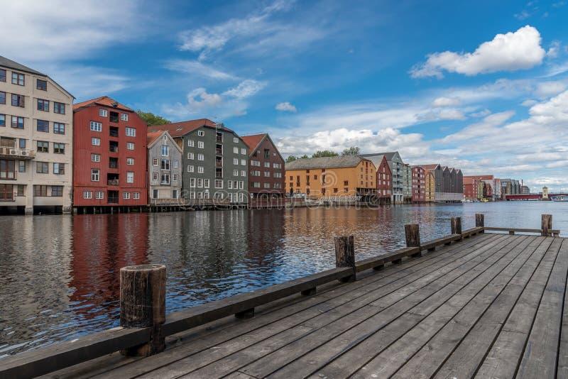 Traditionell fiskarehamnplats med gamla magasin arkivbilder