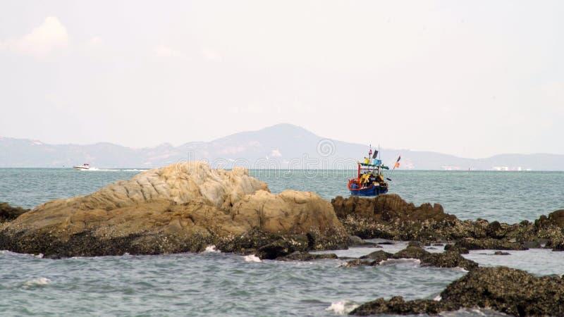Traditionell fiskebåt vid havet i Thailand arkivfoto