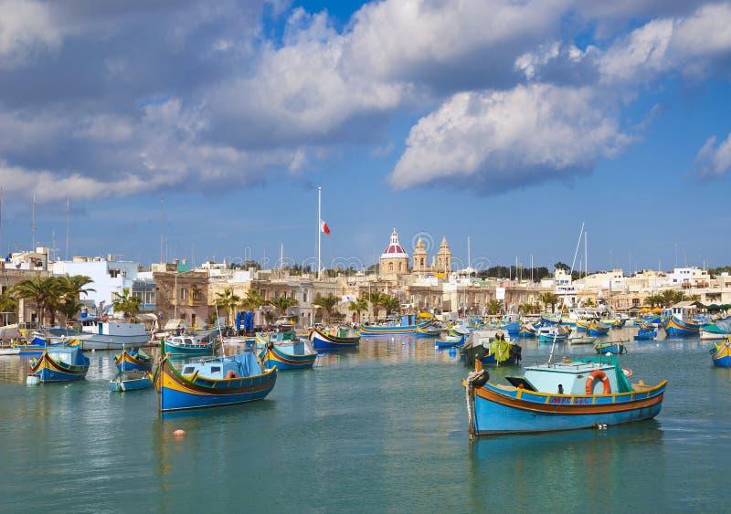 Traditionell fiskebåtmarsaxlokkhamn malta royaltyfri fotografi