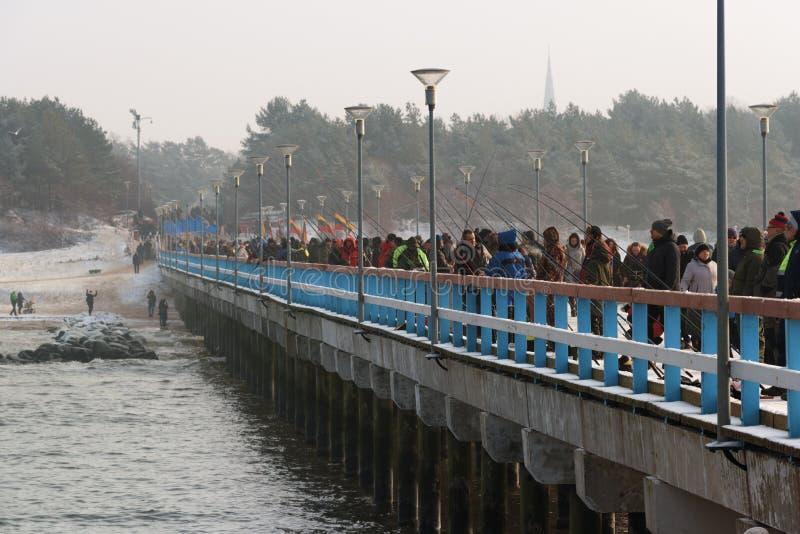 Traditionell fiskfestivalPalanga nors 2018, Litauen, fiskare på pir arkivbild
