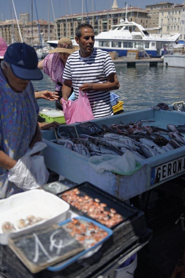 Traditionell fiskmarknad i Vieux port av Marseille royaltyfri fotografi