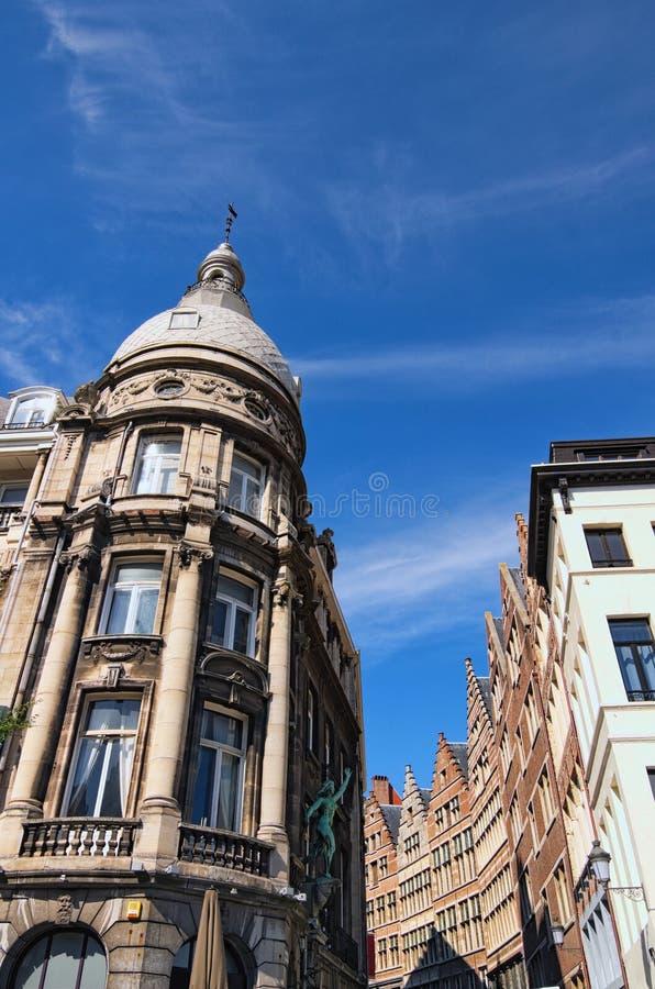 Traditionell flemish arkitektur i centrum av Antwerp på den soliga dagen Antwerp holländare: Antwerpen Belgien fotografering för bildbyråer