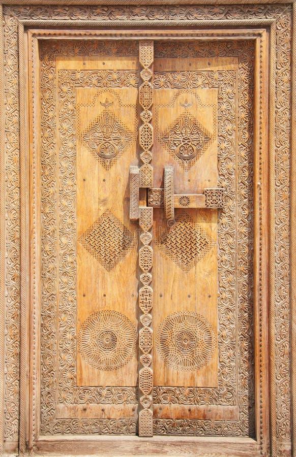 traditionell forntida beautifully sniden dörr royaltyfri fotografi