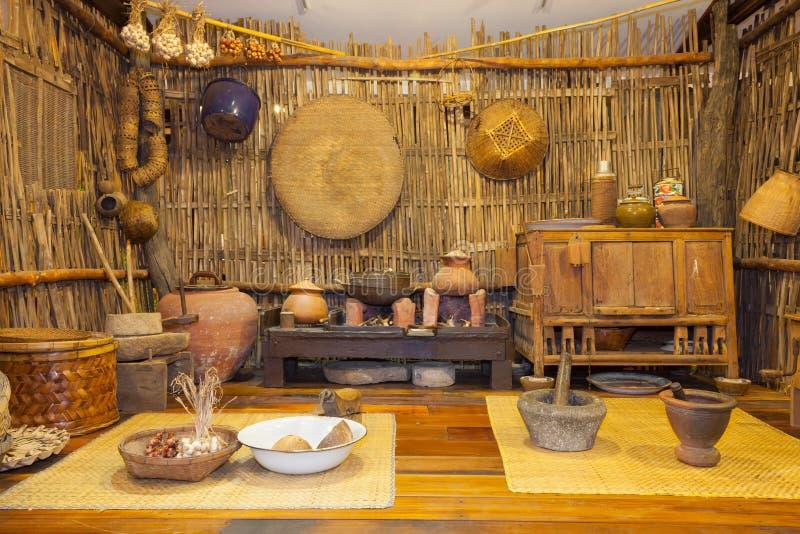 Traditionell forntida thailändsk kökskärm royaltyfria bilder