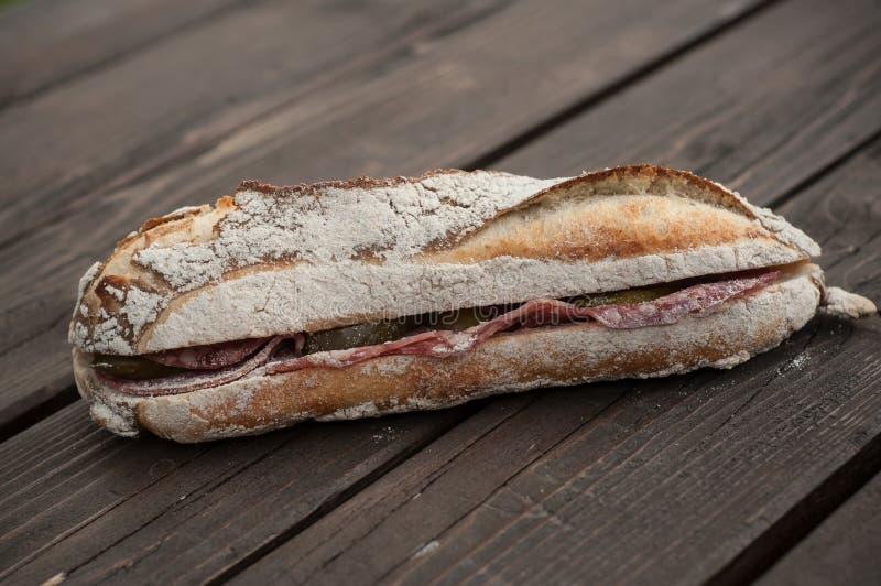 traditionell fransk smörgås med grisköttkorven på att uppvakta arkivfoton