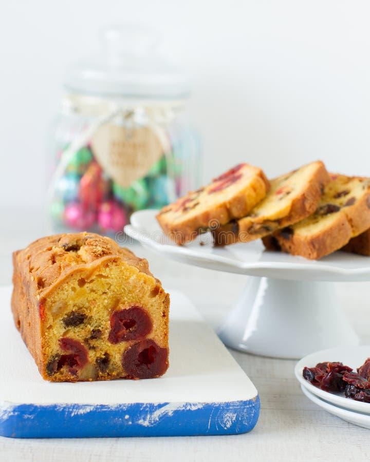 Traditionell fruktkaka för bärfrukter för frukost royaltyfri fotografi