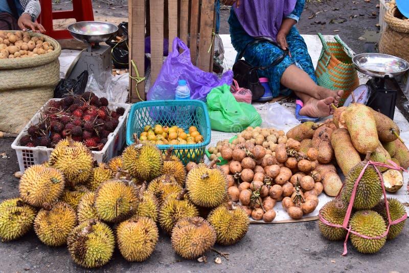 Traditionell fruktmarknad i Kotabaru Indonesien royaltyfri foto