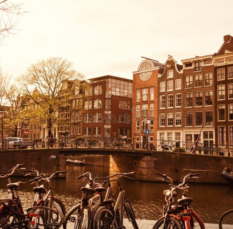 Traditionell gammal byggnader och kanal i Amsterdam, Nederländerna royaltyfri foto