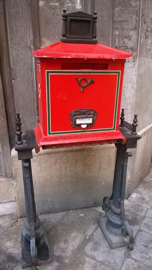 Traditionell gammal röd postbox retro stil arkivfoton