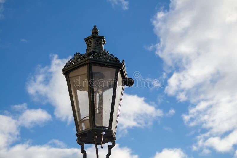 Traditionell gatalampa - lykta och en blå himmel med moln arkivfoto