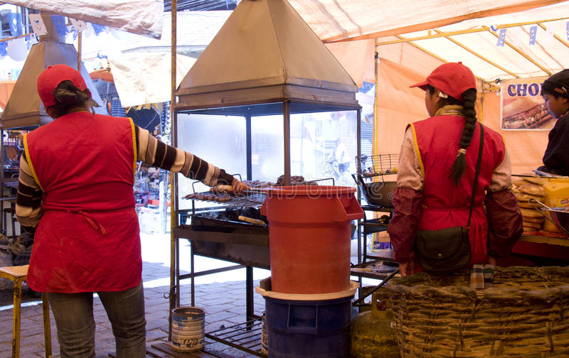 Traditionell gatasnabbmat i Bolivia royaltyfri bild