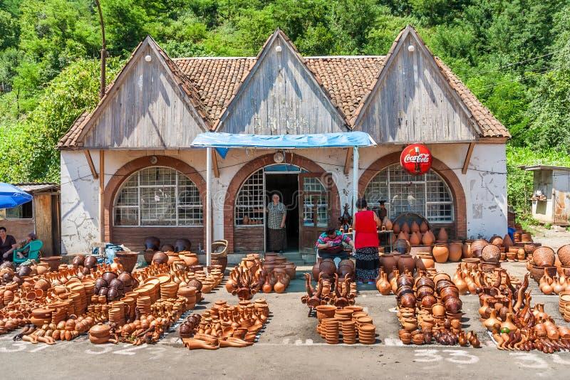 Traditionell georgisk krukmakeri som visas på en vägren, shoppar royaltyfri fotografi