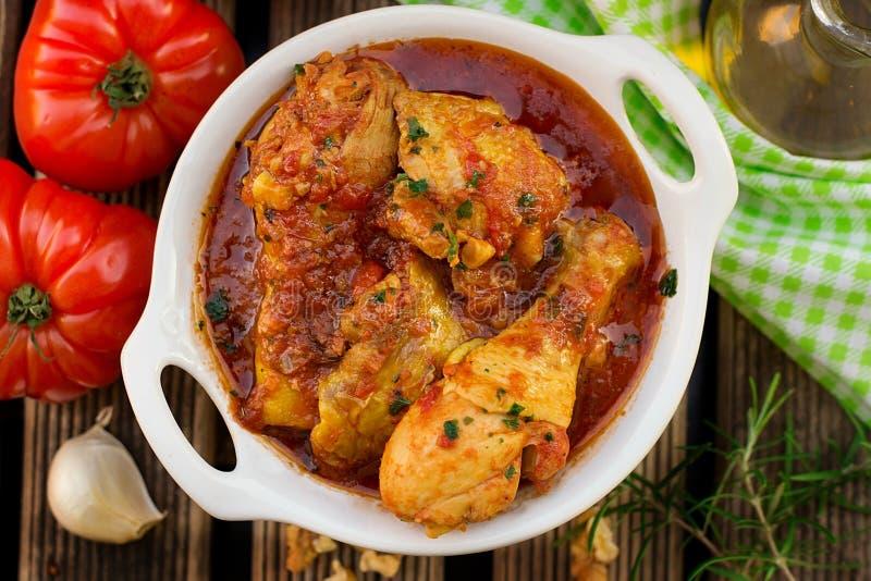 Traditionell georgisk maträtt av kokt höna i tomatsås Chakhokhbili royaltyfria foton