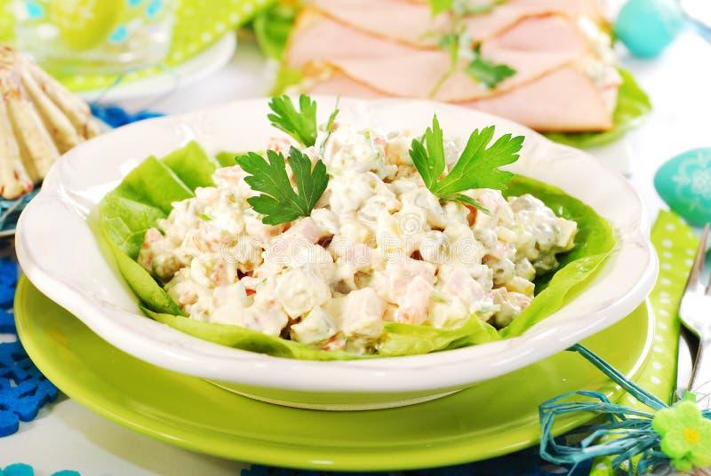 Grönsaksallad med skinka och mayonnaise arkivfoton