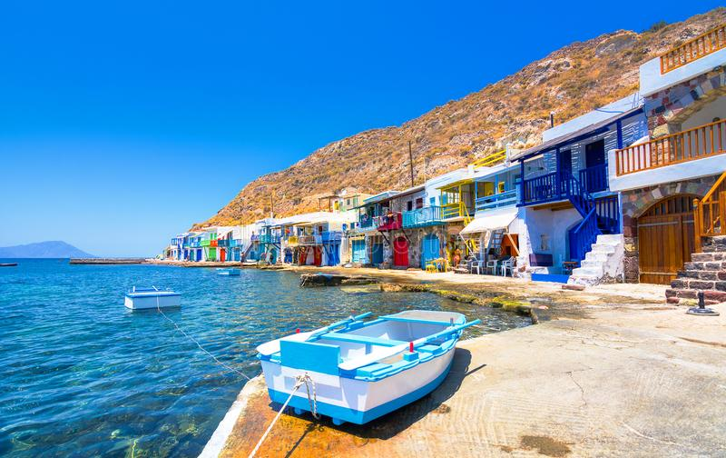 Traditionell grekisk by för scenisk Klima by vid havet, Cycladic-stilen med sirmataen - traditionella hus för fiskare` s arkivbilder