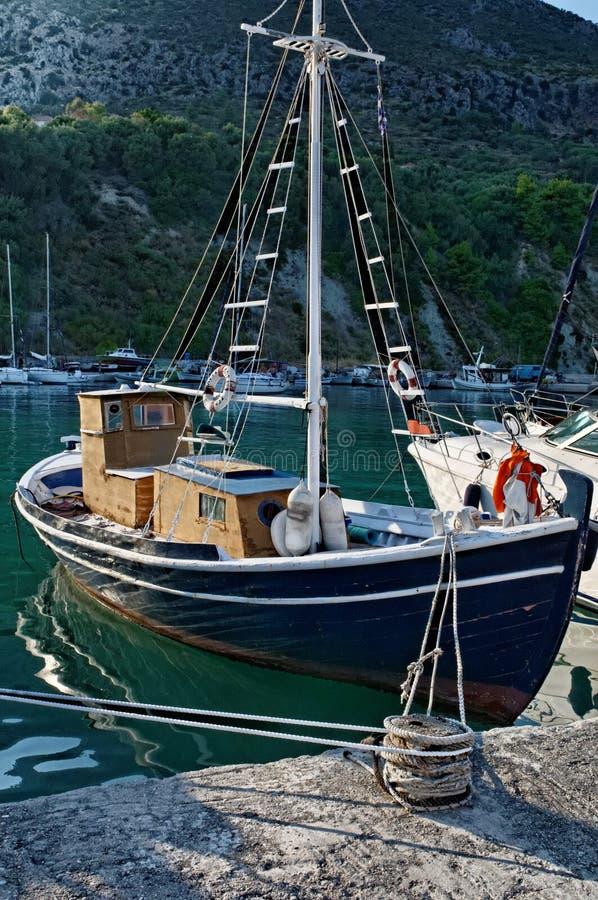 Traditionell grekisk fiskebåt royaltyfri foto