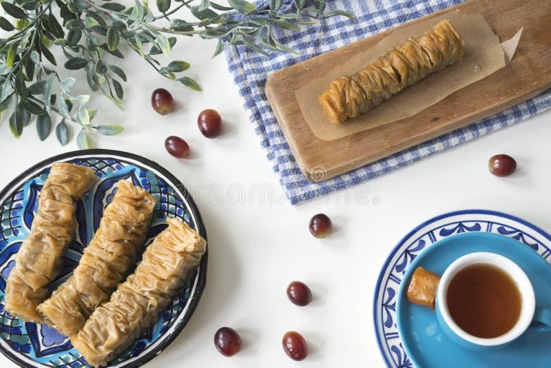 Traditionell grekisk mat, mellanmålet, lägenhet lägger med plattabaklava arkivbilder