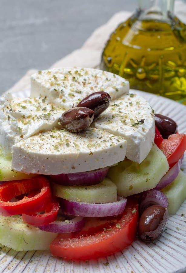 Traditionell grekisk sallad gjorde med den nya gurkan, tomaten, paprika, den röda löken, kalamata oliv, vit rimmad fetaost med royaltyfri foto