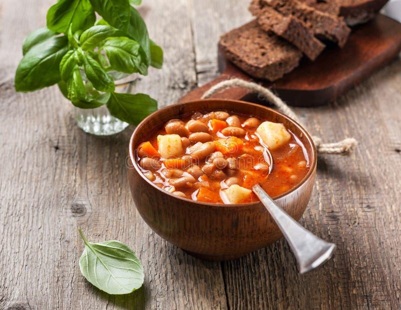 traditionell grekisk soup för bönamat arkivfoto