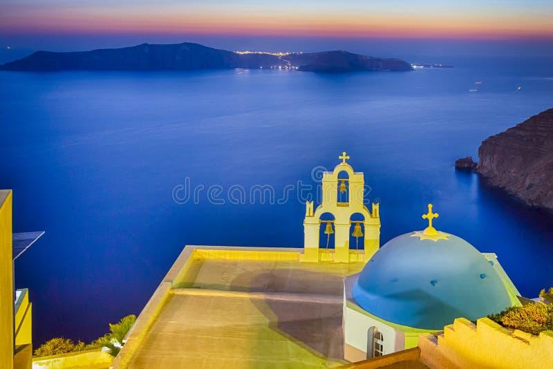 Traditionell griechisch-orthodox Blaue Domingkirche von Thira auf Santorini Insel vor dem Ägäischen Meer und den Inseln lizenzfreie stockfotografie