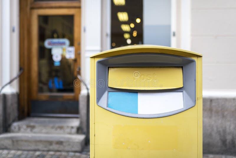 Traditionell gul postbox royaltyfria foton
