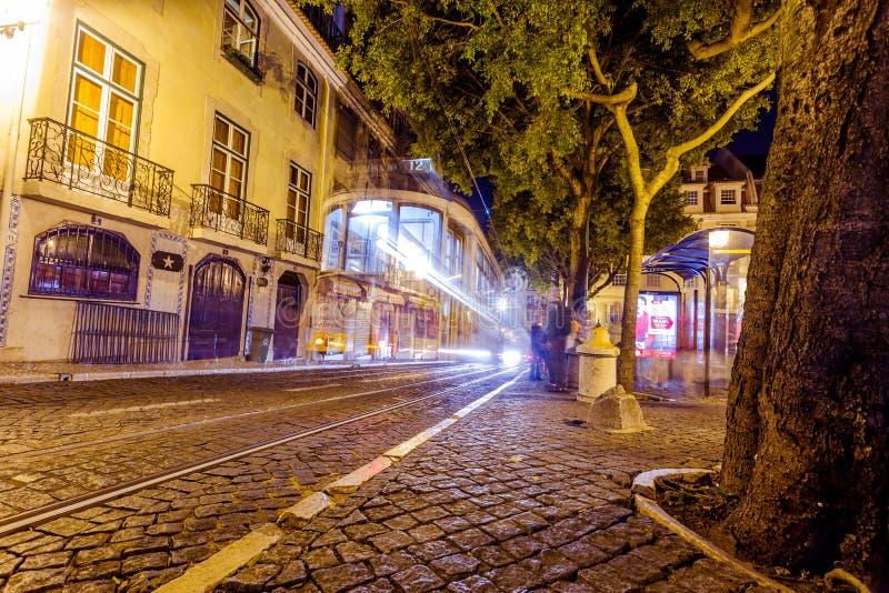Traditionell gul spårvagn i stadens centrum Lissabon royaltyfria foton