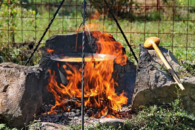 Traditionell gulasch i kittel arkivbild