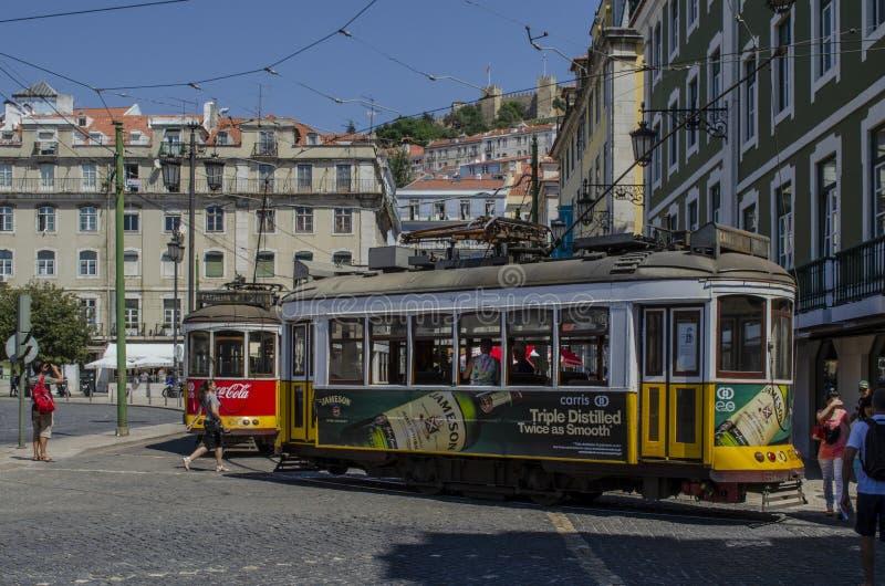 Traditionell guling och röda spårvagnar i stadens centrum Lissabon, Portugal arkivbild