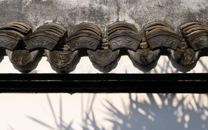 Traditionell härlig forntida kines som textureras på väggen av kinesisk byggnad i trädgården arkivfoto
