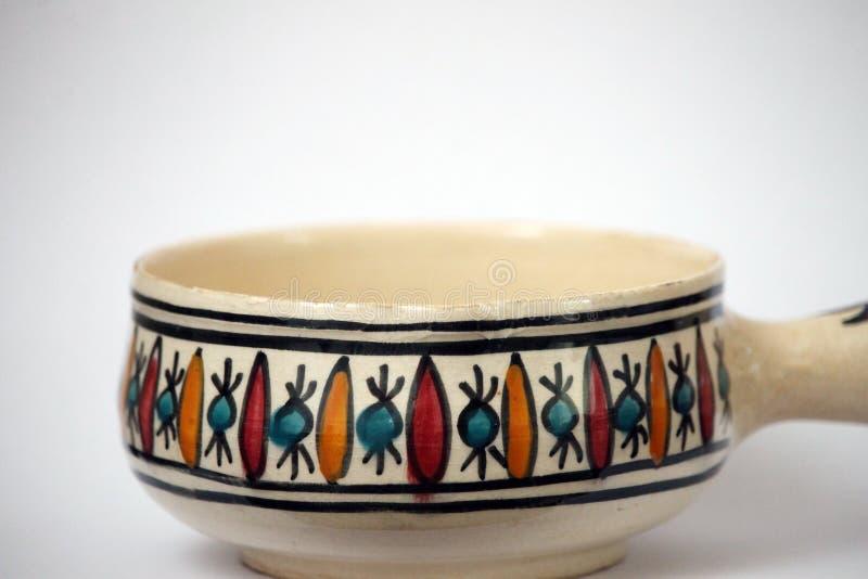 Traditionell handcrafted färgrik dekorerad keramisk bunke arkivfoto