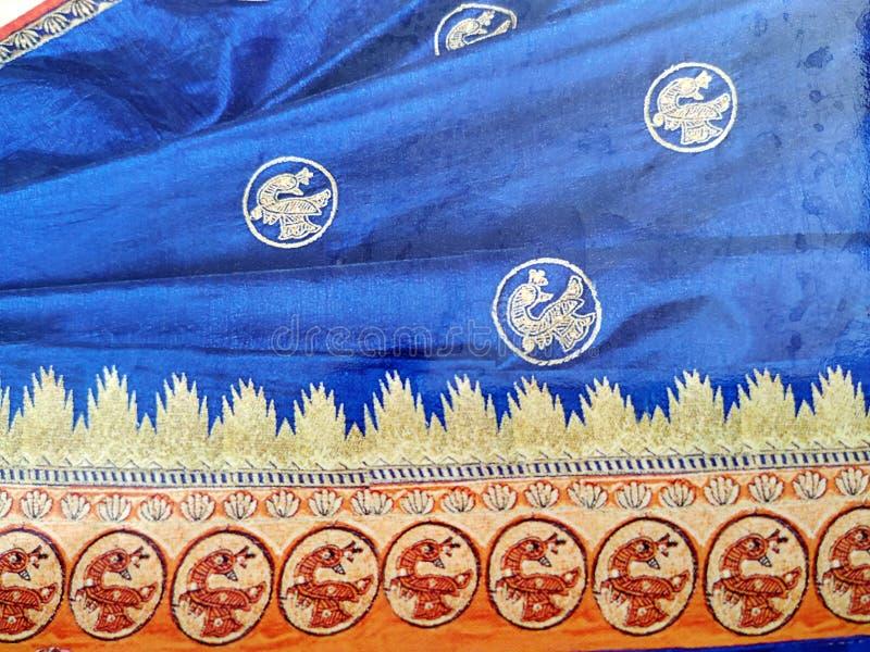 Traditionell handgjord vit, r?d/rosa bl? indisk siden- sari /saree med guld- detaljer, kvinnabruk att b?ra p? den Onam festivalen royaltyfri fotografi