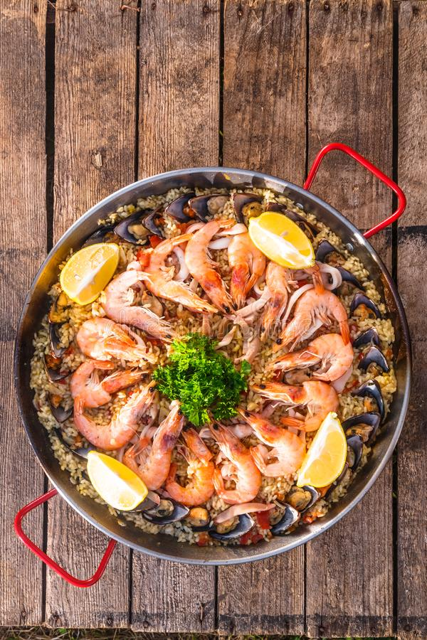 Traditionell havs- paella i småfiskpannan på en trägammal tabell, bästa sikt arkivfoto