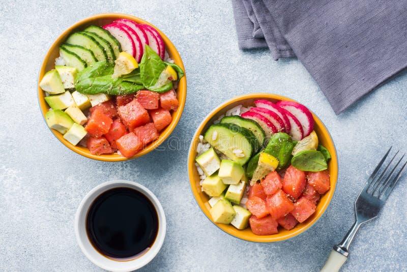 Traditionell hawaiibo petar sallad med laxen, avokadoris och grönsaker i en bunke på två personer Top beskådar royaltyfria foton