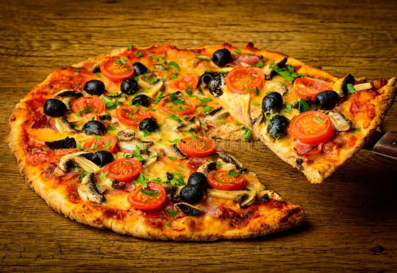 Traditionell hemlagad pizza arkivbild