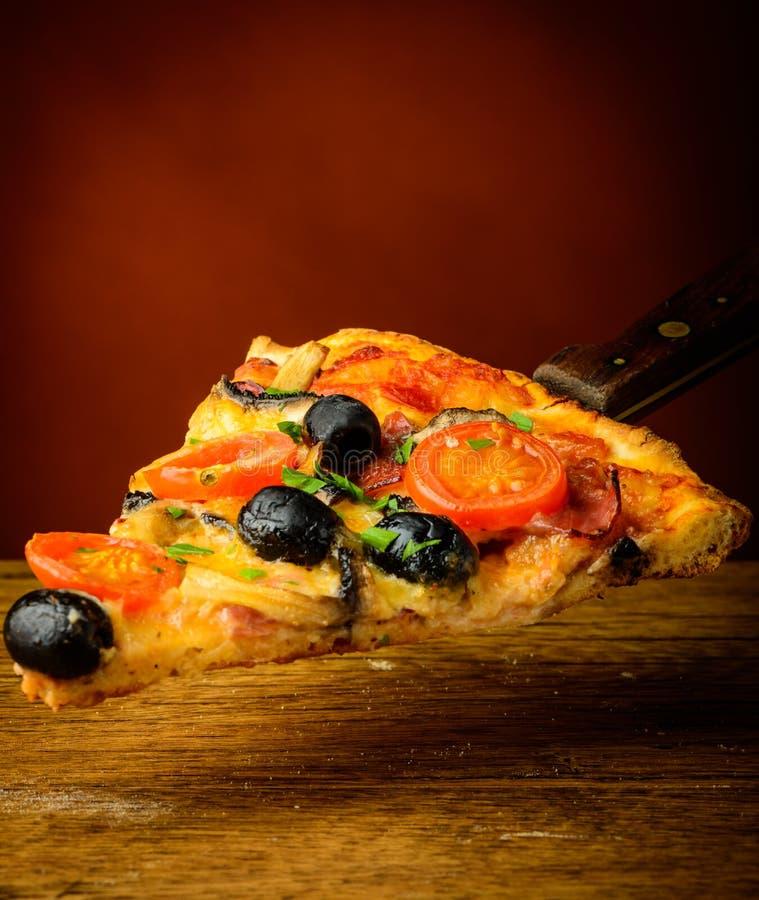 Traditionell hemlagad pizza royaltyfria bilder