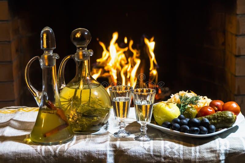 Traditionell hemlagad rysk växt- ingiven vodka med förkylning sna arkivbilder