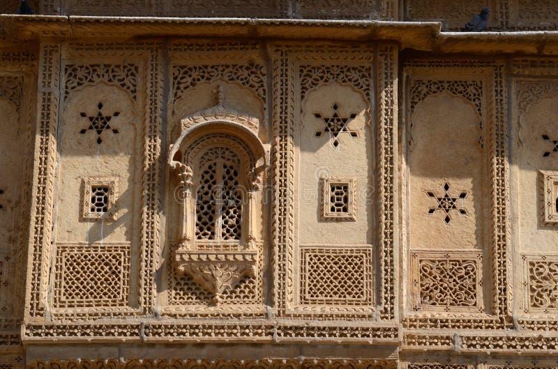 Traditionell hinduisk arkitektur av den gamla havelien i Jaisalmer, Indien arkivbild
